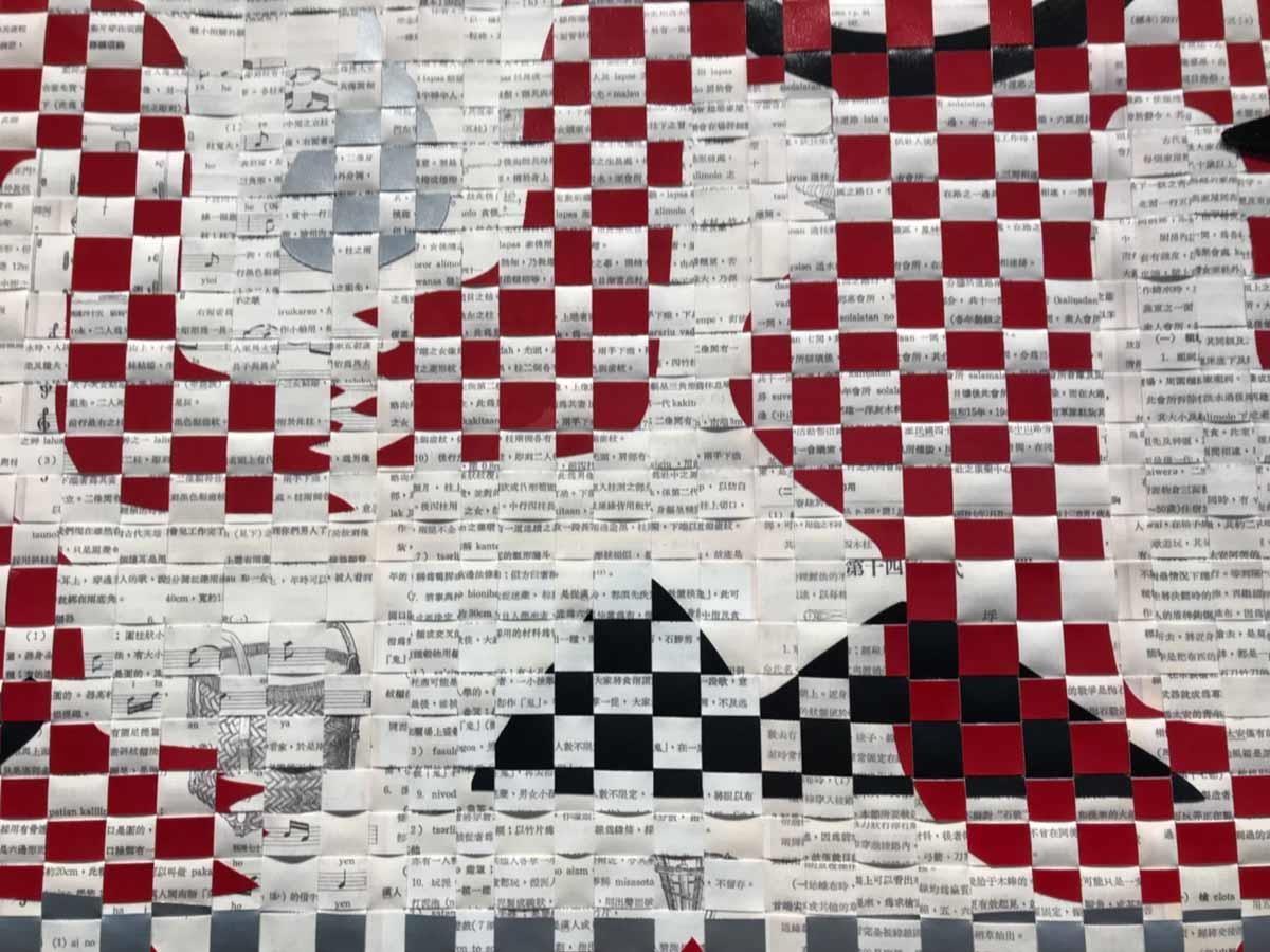 吳耿禎藝術家創作利用廢紙搭配剪紙與編織等傳統工藝,呈現台灣及近海島嶼的各種口述歷史和當地民間傳說。