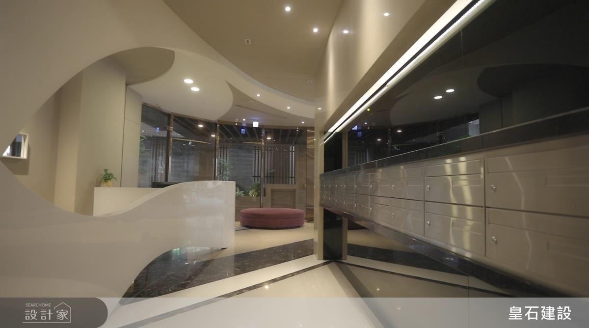 如雕塑的流動線條由建築外觀貫穿到大廳天花板,延續至櫃檯型塑出氣宇非凡的空間層次,營造回家如空氣流動般的自在舒暢。
