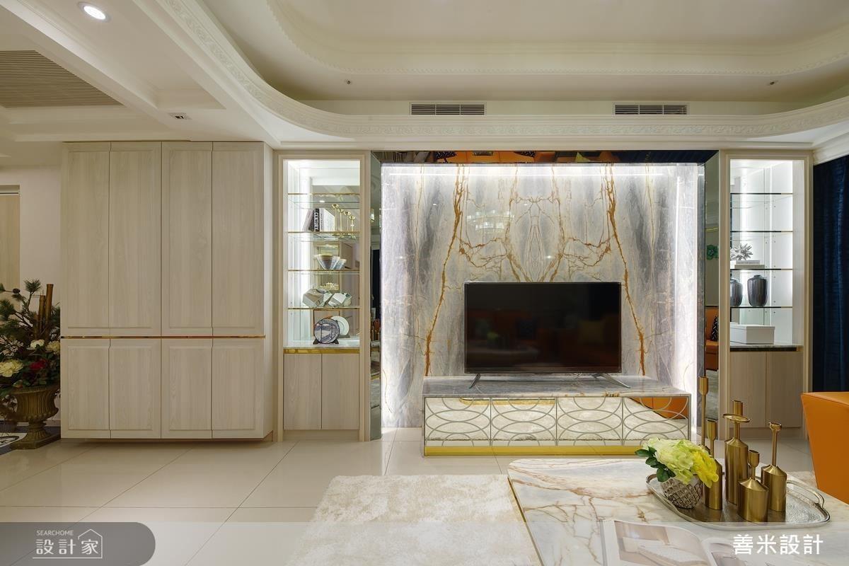 電視牆以鏡面包覆營造精緻質感,同時藉由材質特性放大空間效果。