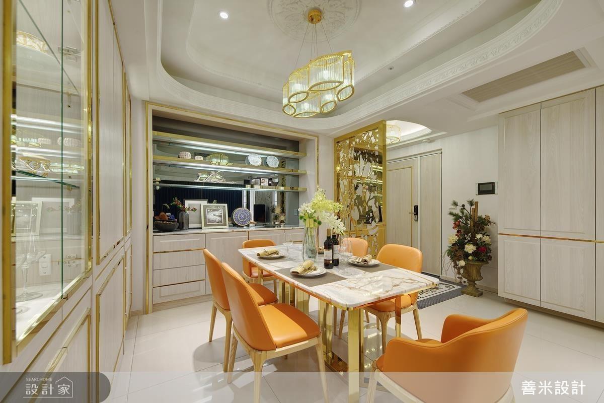 餐廳展示櫃以淺色木紋櫃體搭配鍍鈦金色收邊,創造低調優雅的奢華氣息。