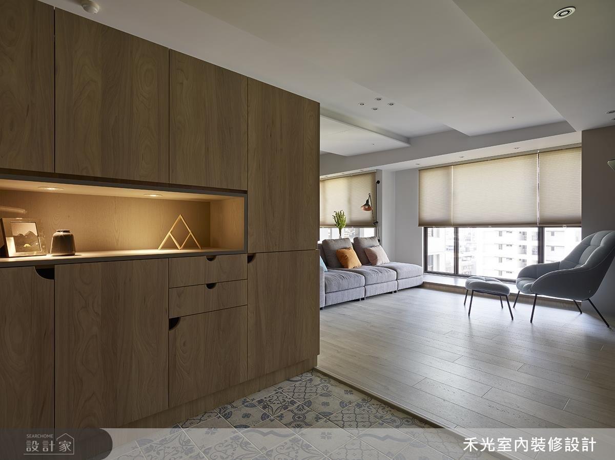玄關設計大面收納櫃體,滿足新手爸媽未來生活的儲藏、收納需求。