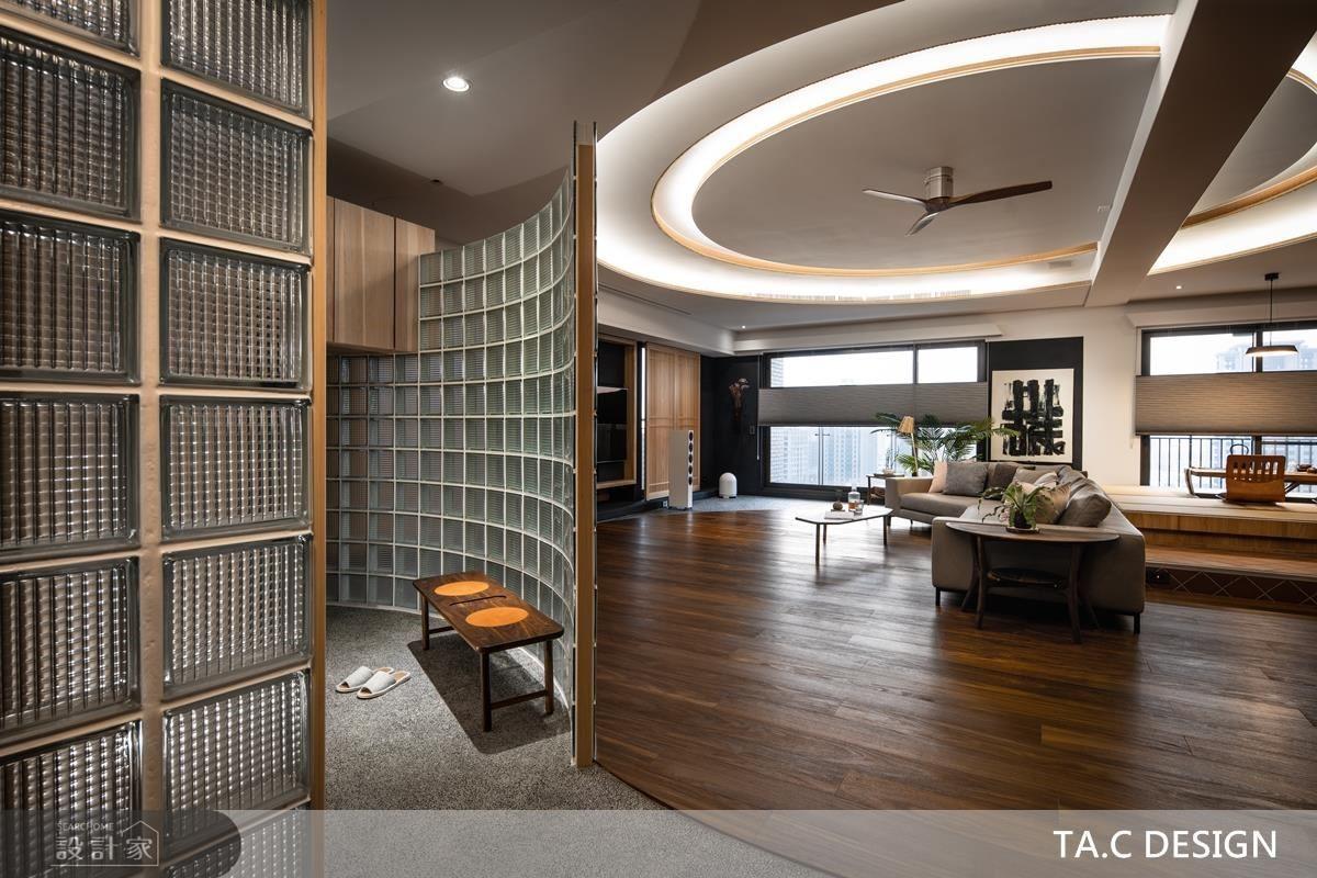 玄關穿鞋區設計玻璃磚框體,劃分場域同時挹注光源、增添明亮性。