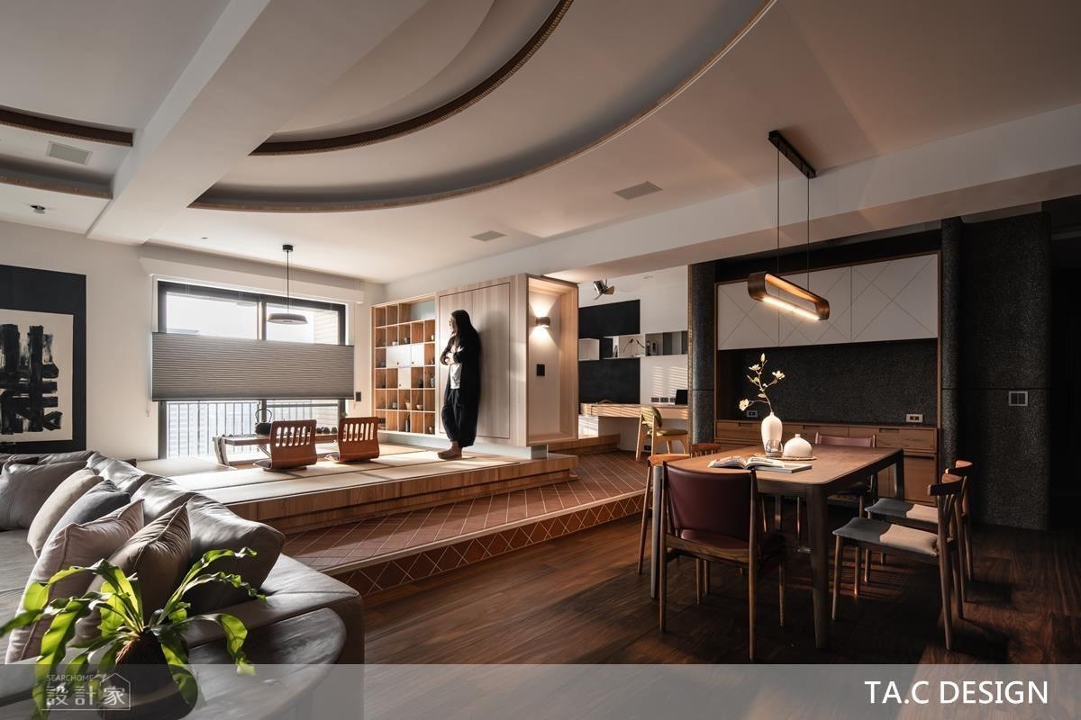 公領域地坪選搭鋼刷木地板、並於梯面鋪陳窯變陶磚、榻榻米,以材質堆疊擘劃層次美學。