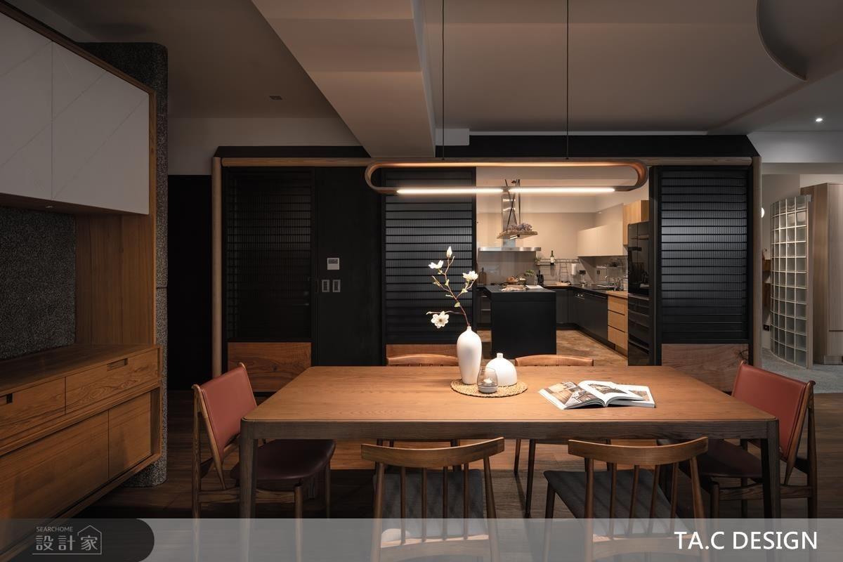 餐廳選用大量木質材鋪陳樸實底蘊,同時演繹居者沉穩剛毅情操。