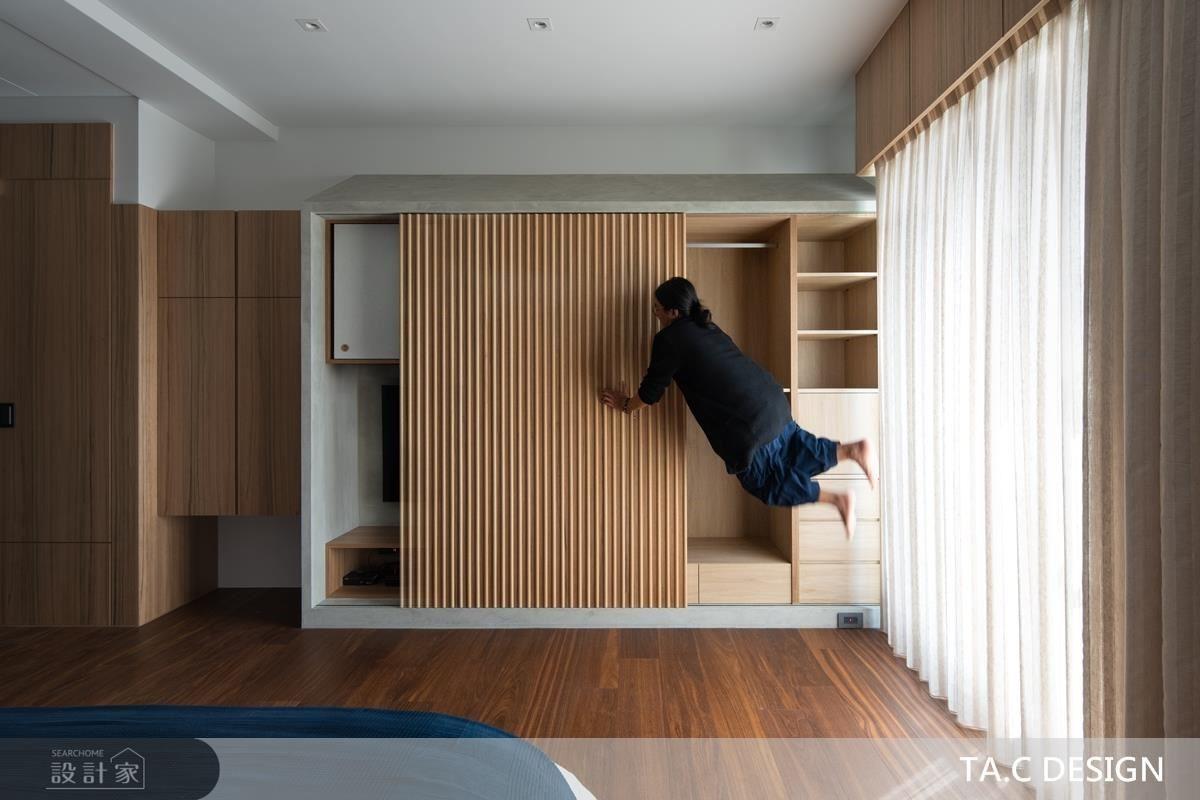 主臥櫃體以木格柵設計,承襲靜謐禪風氛圍。