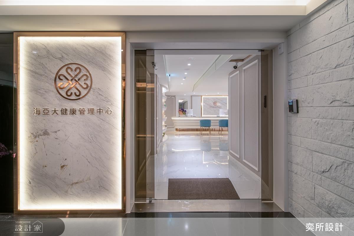 視覺形象牆以鍍鈦妝點天然石材,展現品牌精神與精緻質感。