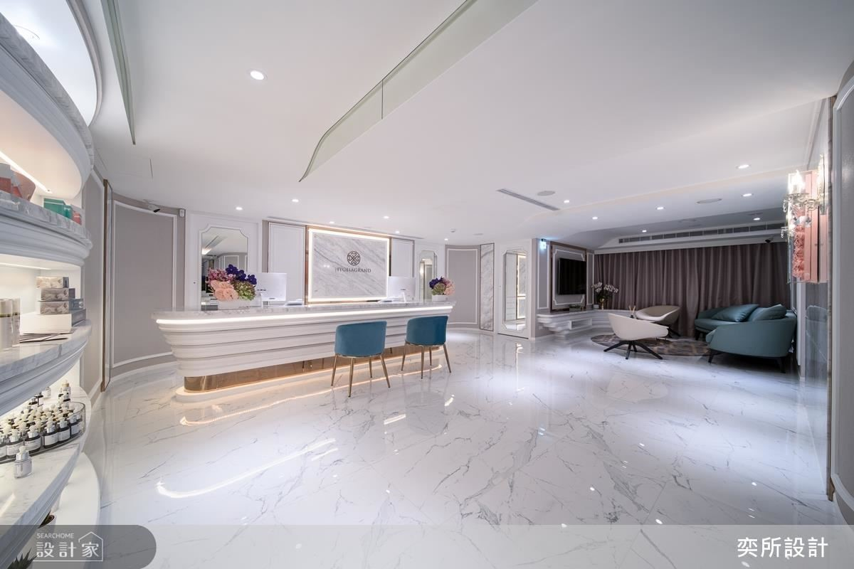 天花板選用白色減低壓迫感受,弧角線條締造視覺開闊效果。