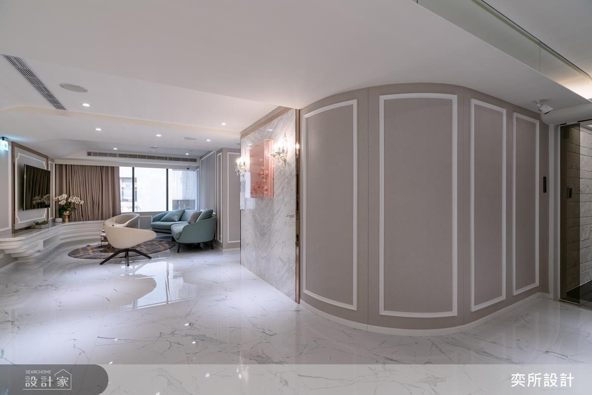 壁面圓弧設計包覆廁所空間,引導視覺流暢動線。