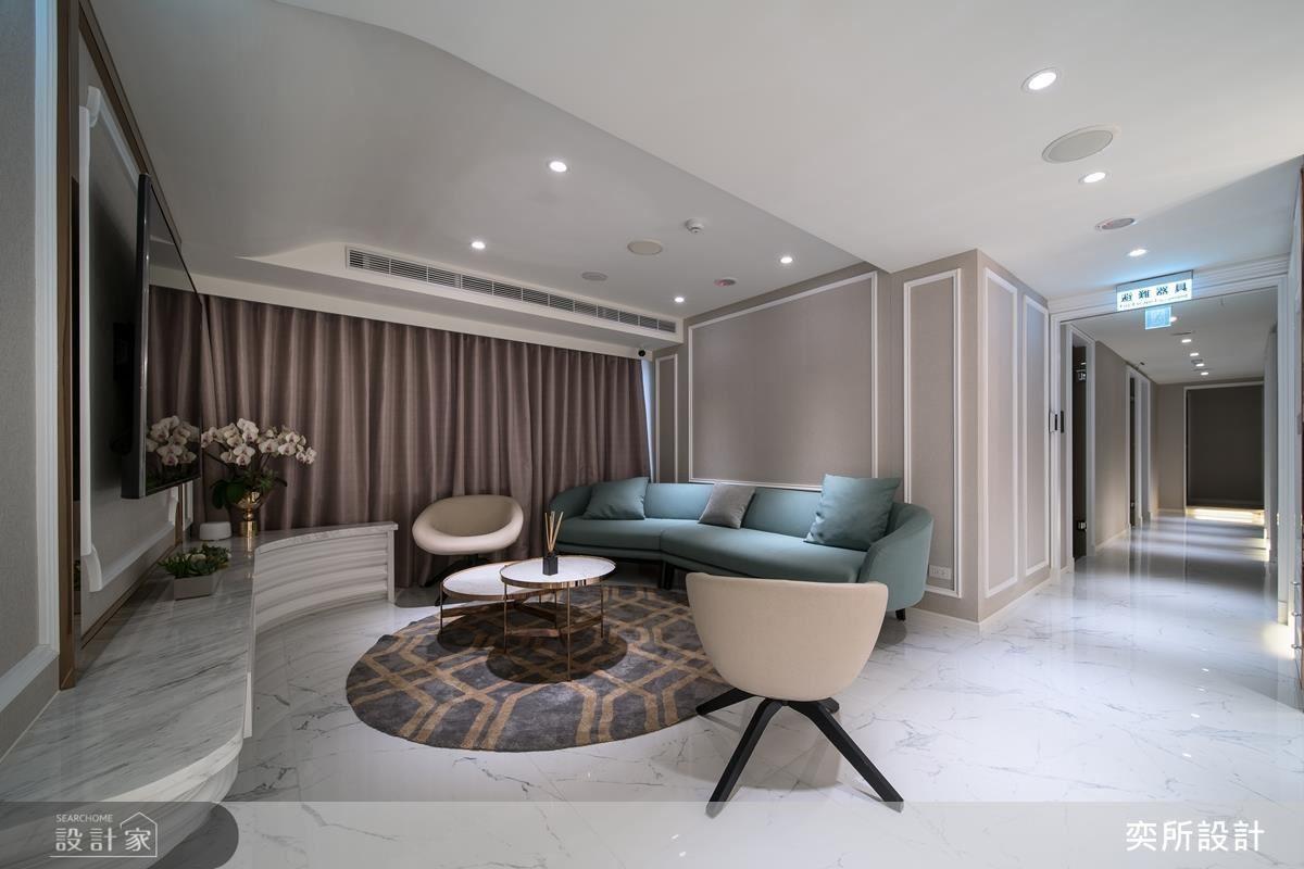 沙發背牆選以大地色系透顯空間優雅而知性的舒適質感。