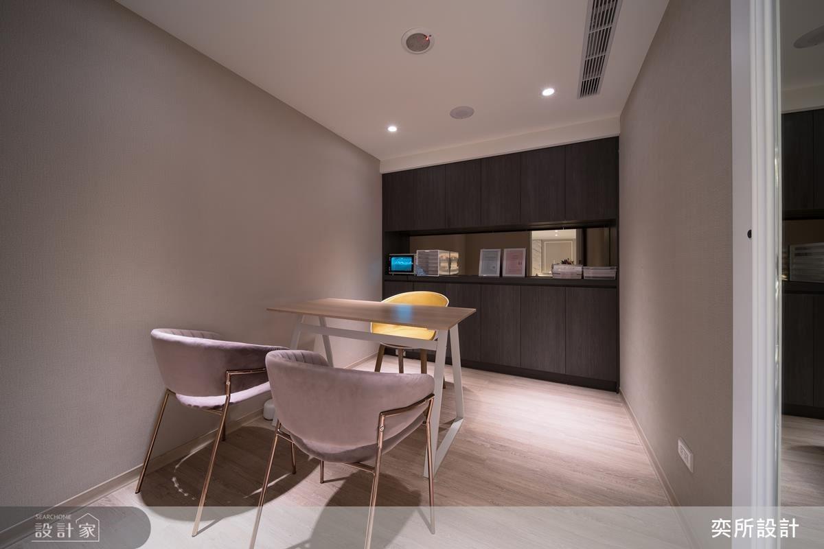 諮詢室以黃色搭配粉色座椅,跳色選搭營造空間活潑感。