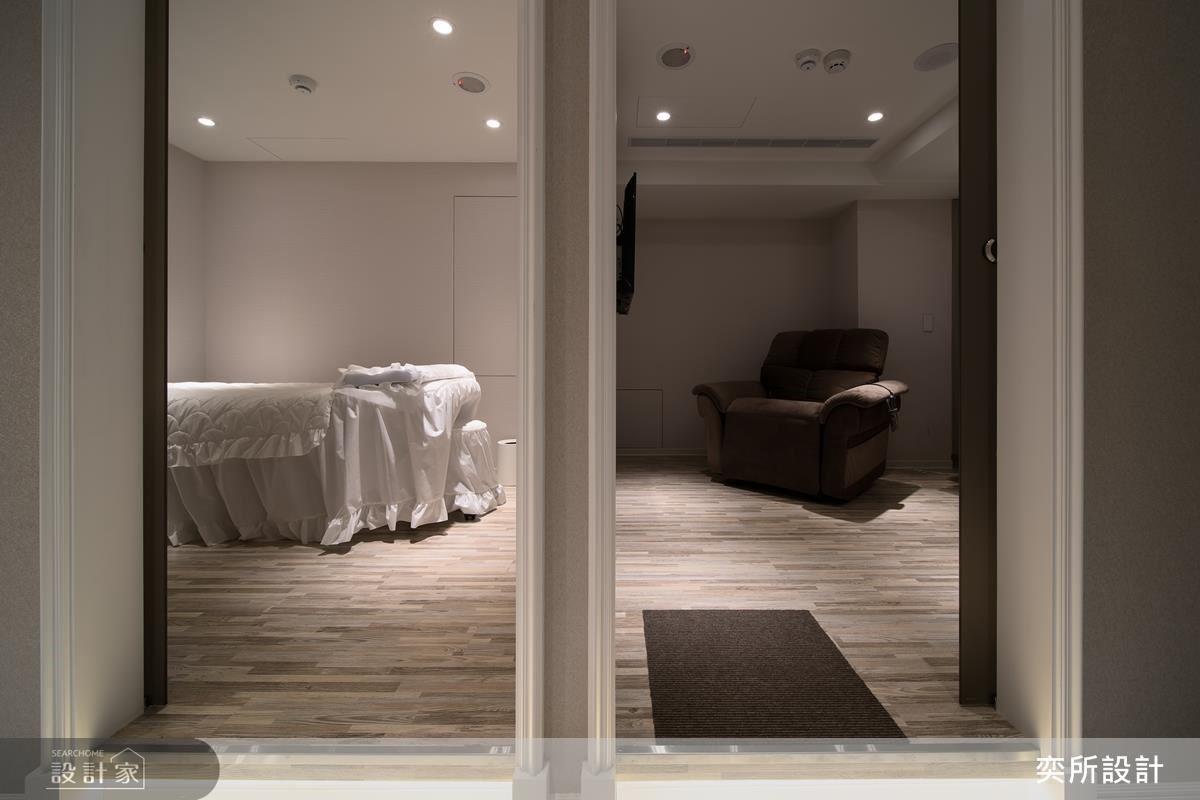 診療間延續大地色的優雅氛圍,以溫潤木地板營造空間舒適感受。