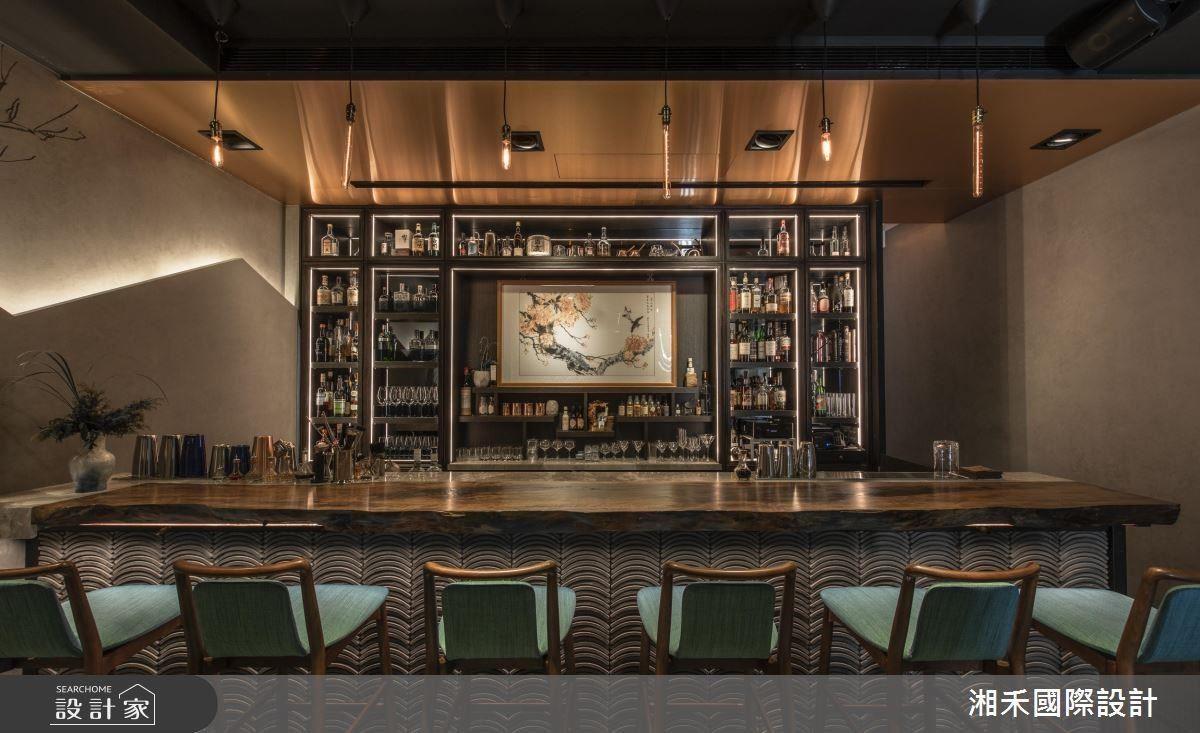 酒吧天花選搭玫瑰金屬,為空間粗獷個性勾勒一抹陰柔雅韻。