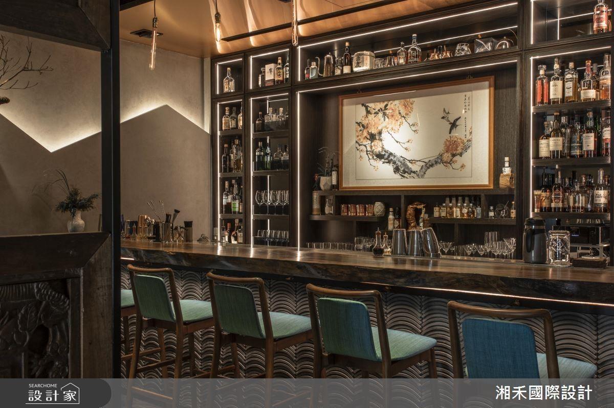 酒櫃的鋁擠型燈帶以視覺層次創造舞台效果,為微醺夜晚揭開華麗序幕。
