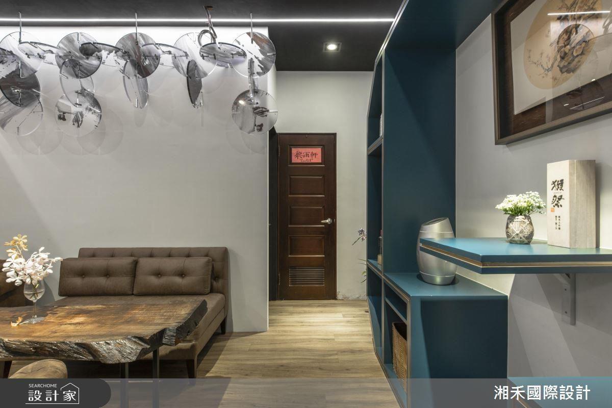 二樓座位區採孔雀藍配色,呼應東方尊爵氣韻,玫瑰金飾條更點綴奢華感。