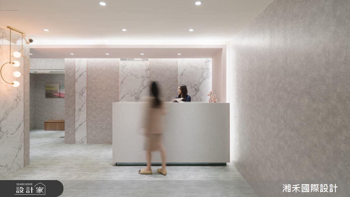 全室壁面選搭牡丹粉壁紙,細膩的金屬光澤為整體氛圍襲來內斂奢華氣息。