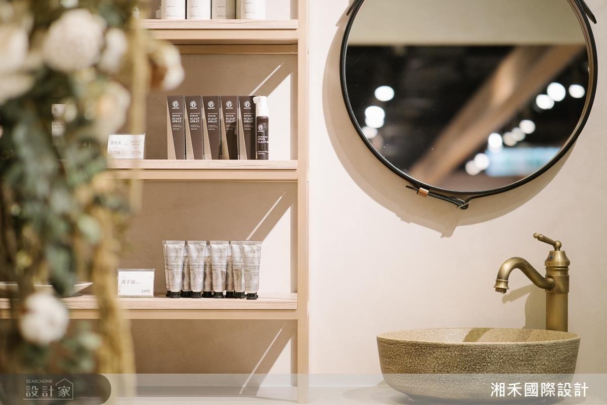 商品展示區以木質材、鐵件、皮革豐富的異材質混搭,提升商空質感,營造優質購物體驗。