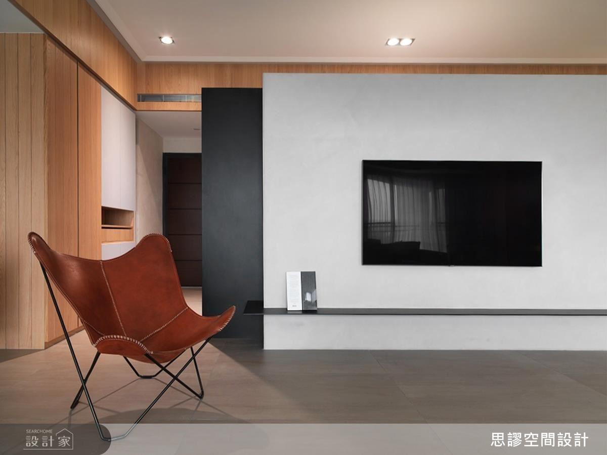 客廳以木色渲染整體自然、溫潤情懷,更以框面造型圍塑,和諧融樑柱於美感之中。