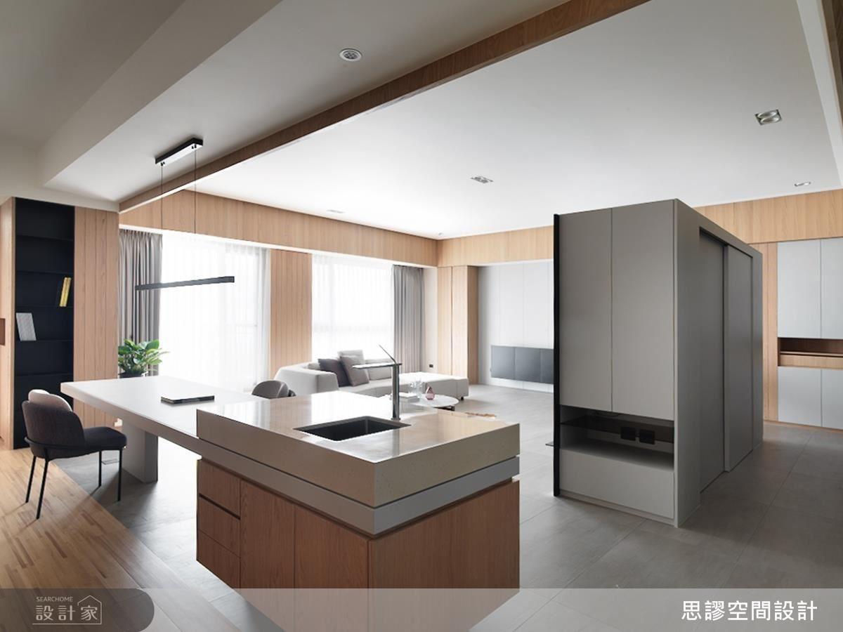 客廳電視牆後複合大尺度儲藏空間,體貼屋主置放行李箱、家電等收納需求。
