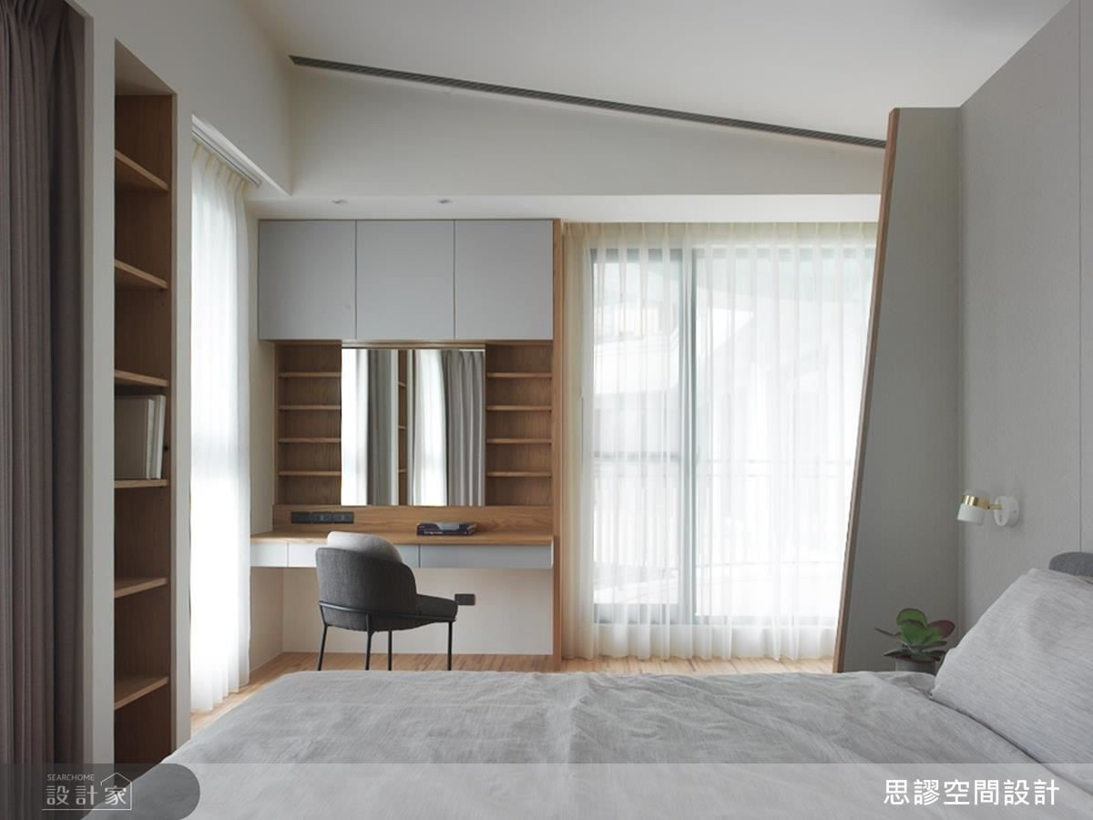 主臥運用空間面向規劃梳妝區,並以輕淺色調為休憩臥房締造迷人舒適情懷。