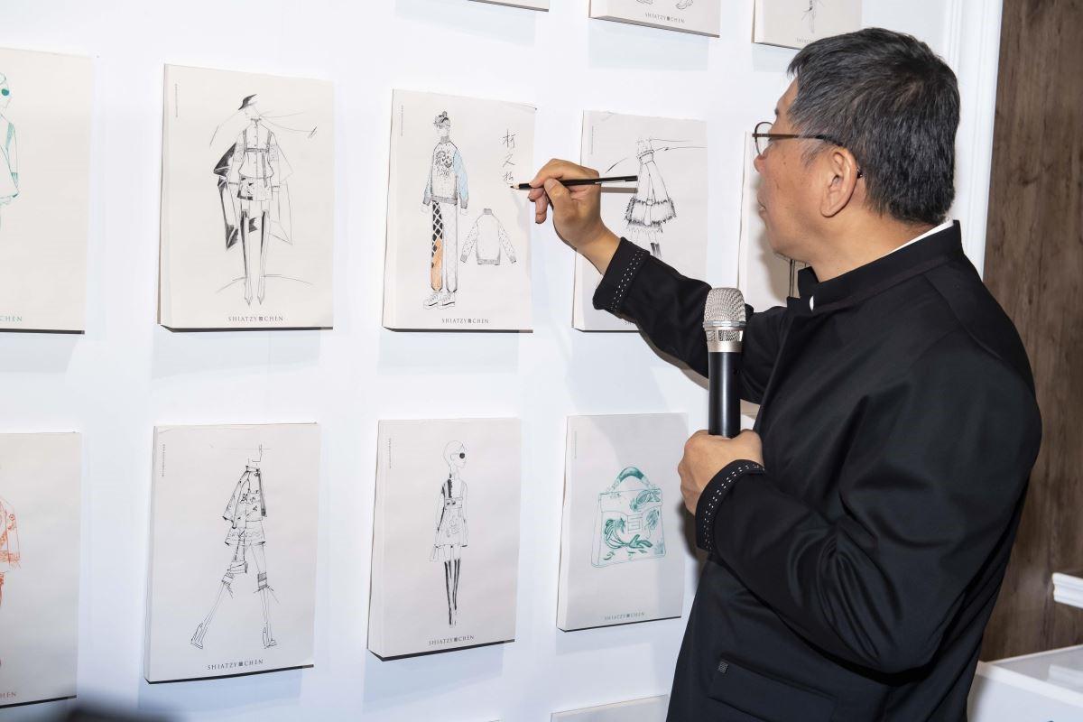 台北市市長柯文哲示範手稿上色。