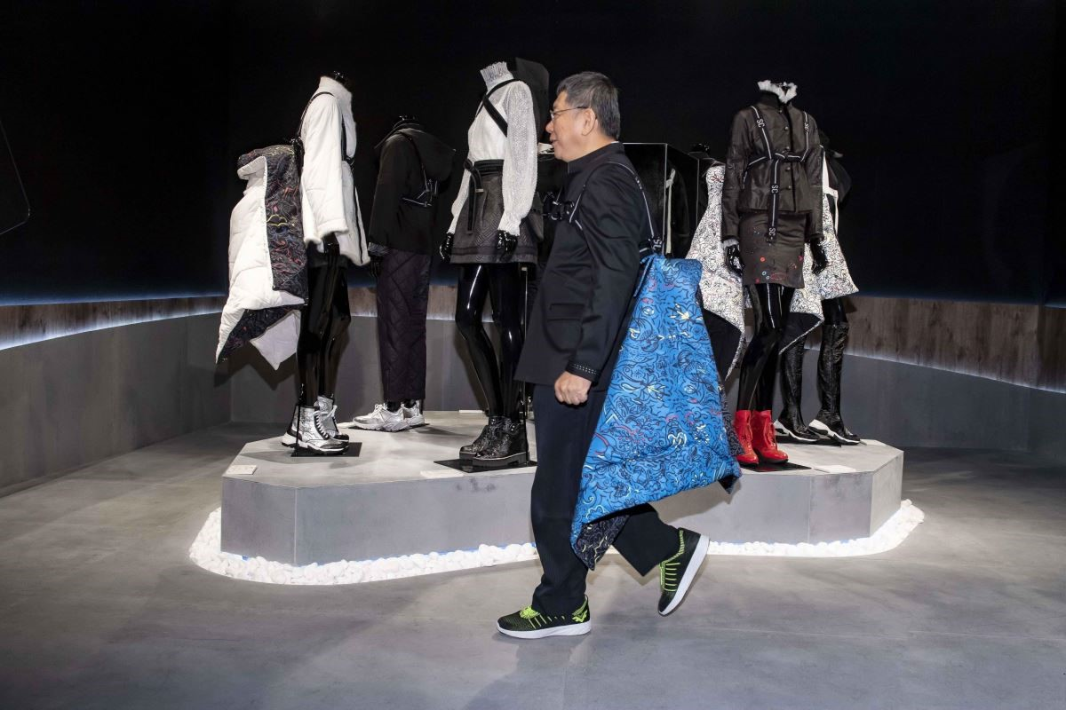 台北市市長柯文哲示範背兒帶、並且走台步。