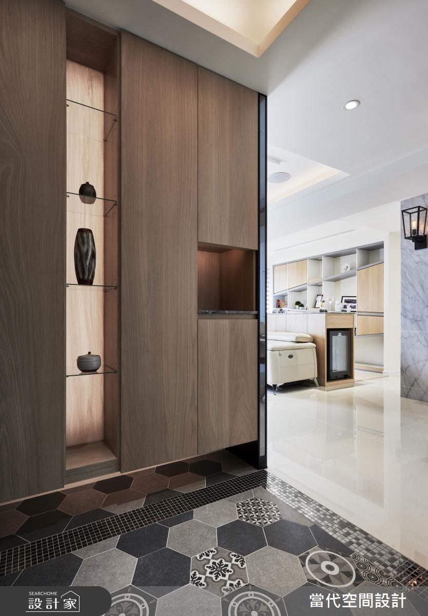 玄關地磚以造型六角磚,創造豐富的進門視覺。