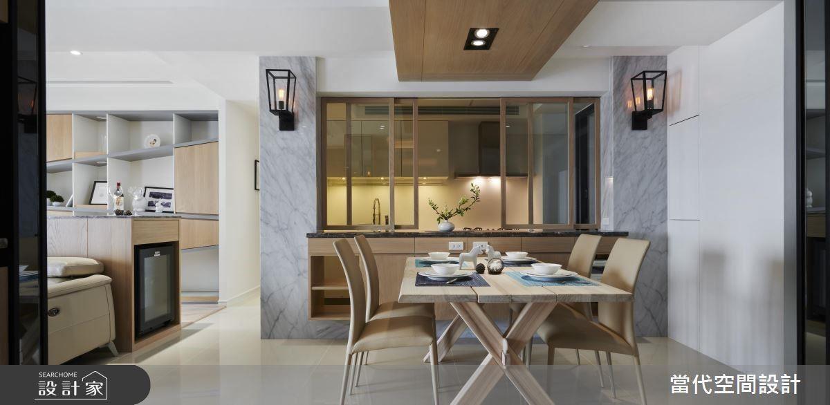 餐區藉由造型壁燈,締造創意主題牆面。