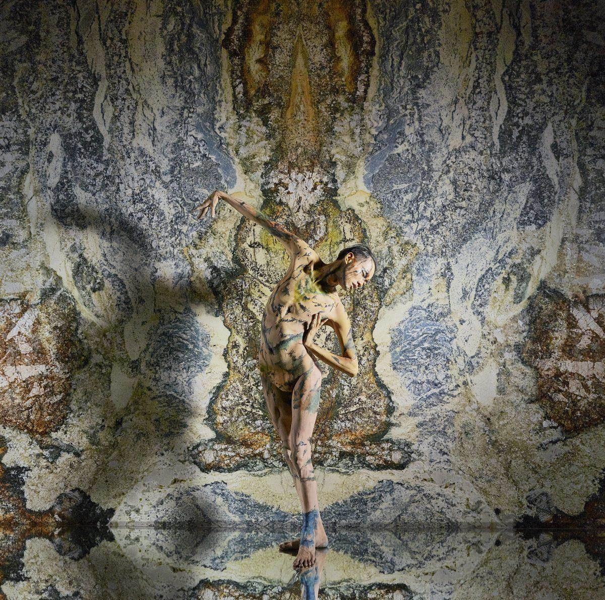 承豪石材邀請人體彩繪舞者,藉由肢體律動賦予石材藝術生命力。
