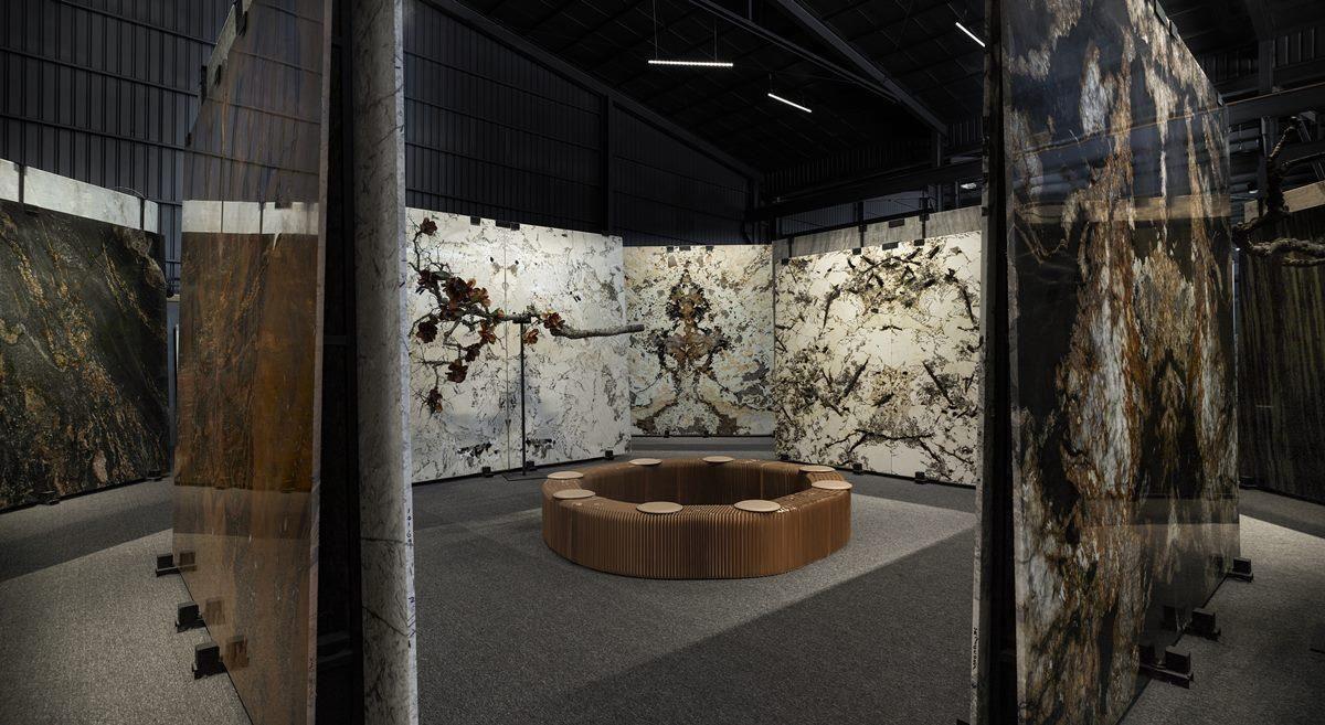 館內配置環型座椅,營造宛如博物館的藝術欣賞氛圍。