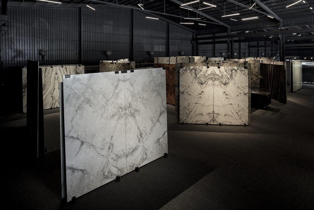 館內調配溫和光源,凸顯大理石材磅礡而大器的細膩美感。