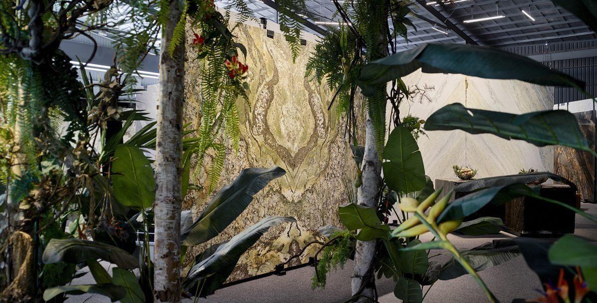 一館內擺設大型植栽,營造在大自然中探索珍品的獨特消費體驗。