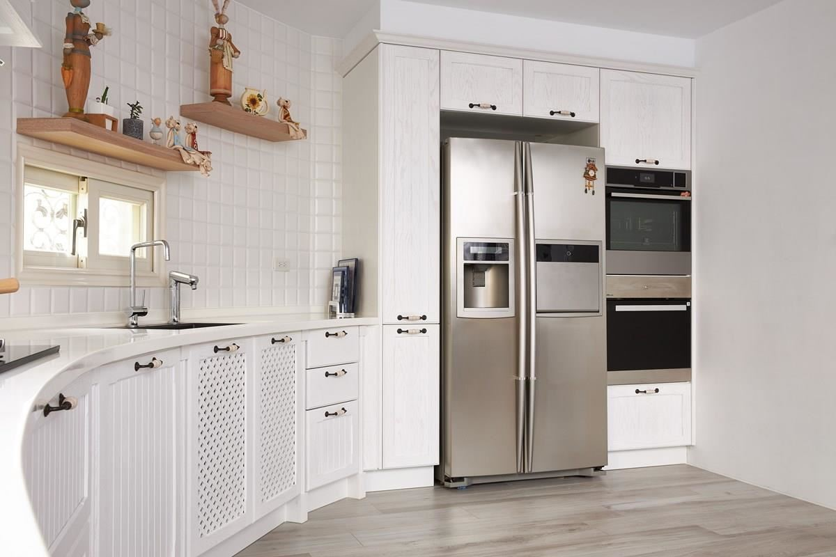 廚房的角落嵌入冰箱與電器收納櫃,低調、簡約的外觀設計,巧妙融入潔白的空間裡,毫無違和感。