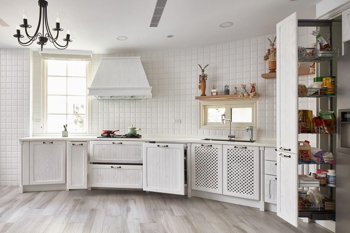 多元的收納系統,從收納鍋碗瓢盆、調味料到烹調器具,一應俱全,滿足料理生活的實用需求。