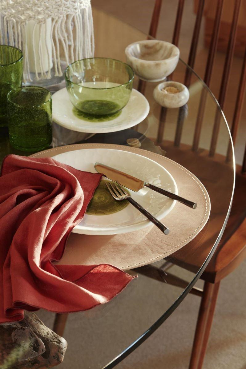 利用重點顏色點綴,讓餐桌上有清晰的視覺焦點,又不顯負擔。
