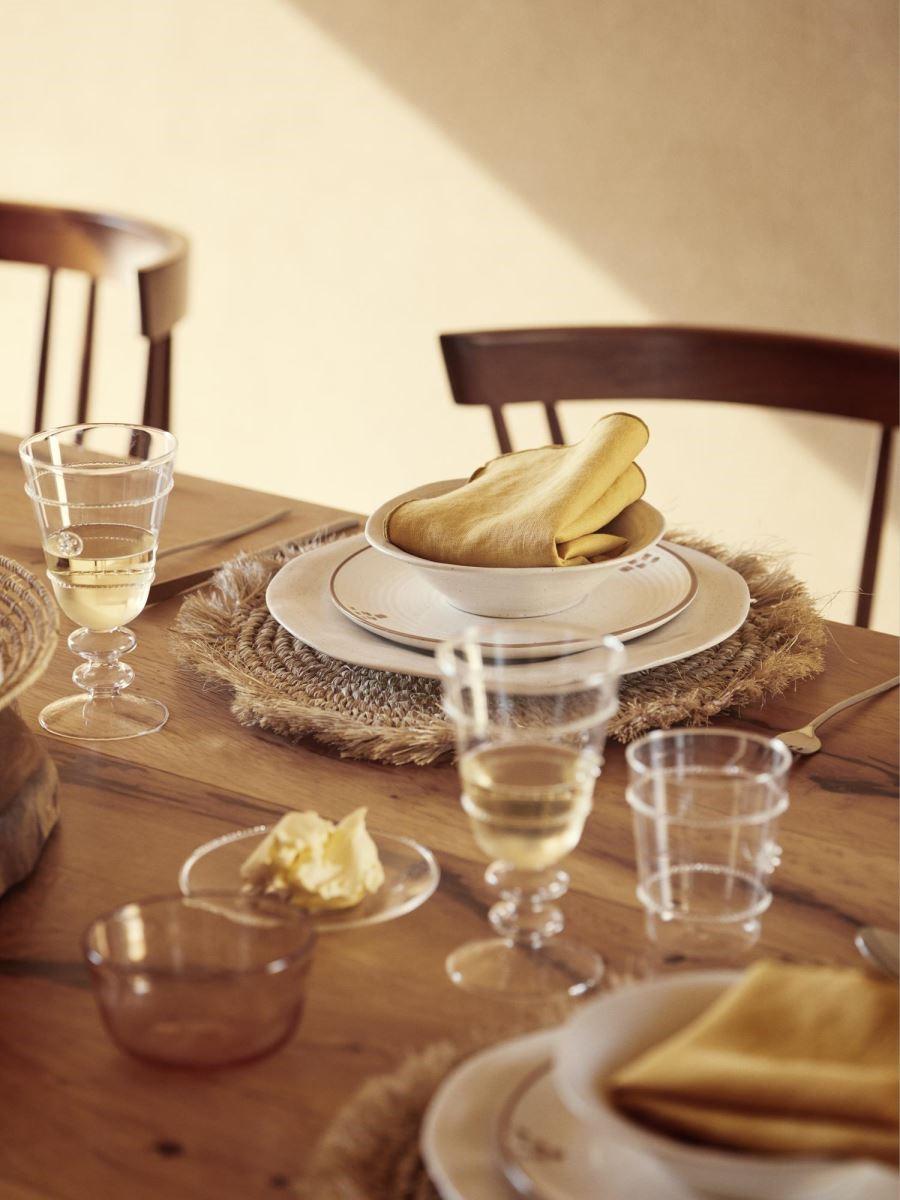 在餐桌佈置上,可選擇透明清爽的餐桌用品,很適合為炎炎夏日帶來清涼感。