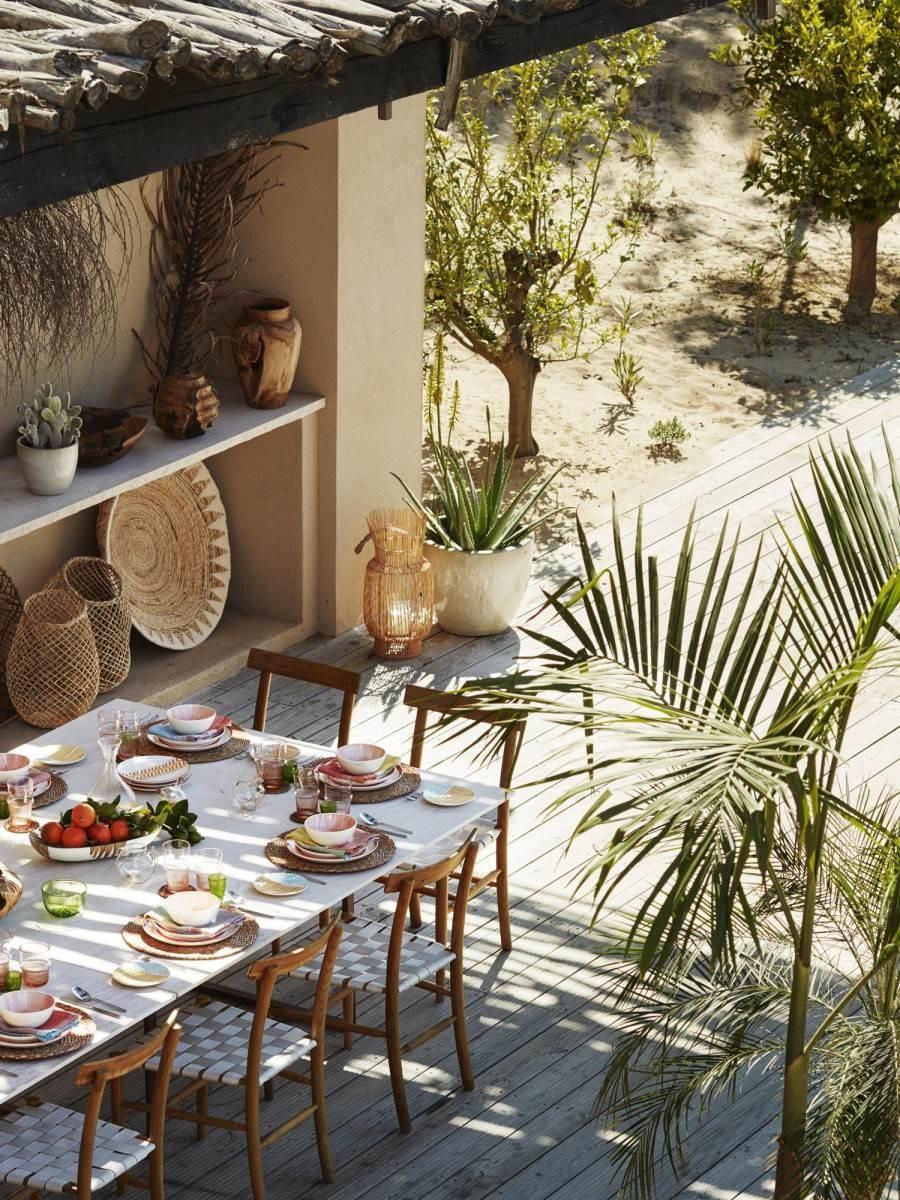 陽光充裕的夏季,將餐桌移至戶外