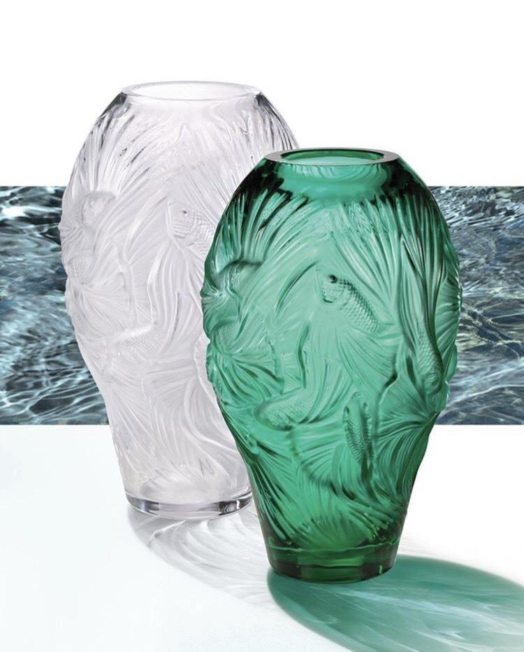 樂魚暢游花瓶以緞面及清透對比的效果,呈現出了孔雀魚在水中暢游,生機盎然的景象。