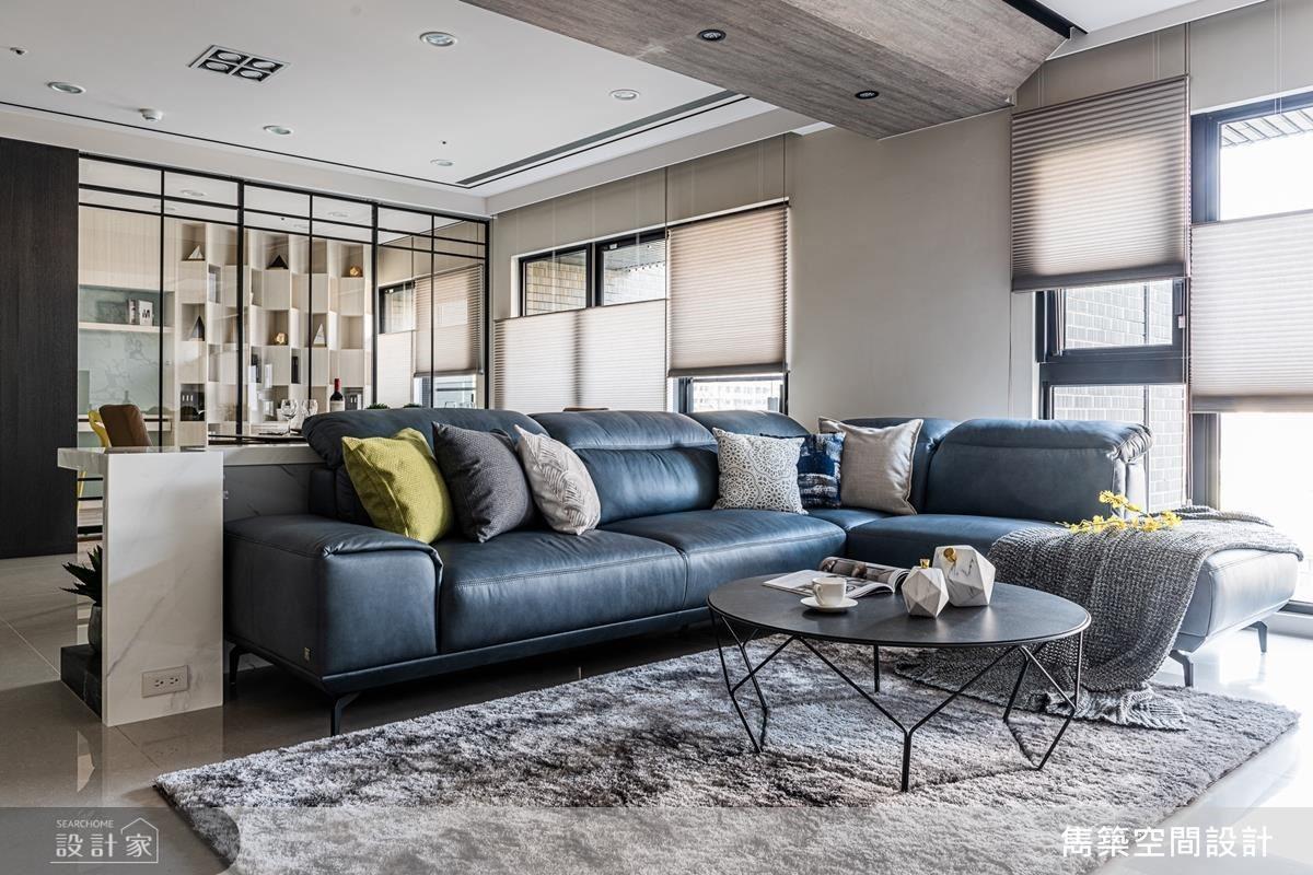 客廳沙發邊桌以石材、鐵件、木作、琥珀鏡等精湛材質拼搭,襯托皮革沙發的高雅大方。