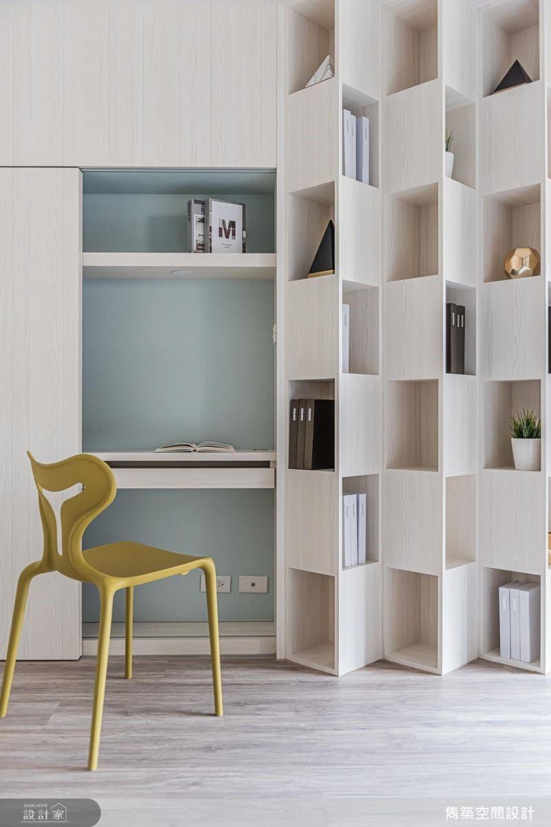 書房設計特殊造型書牆,交錯開放的美型設計打造視覺焦點。