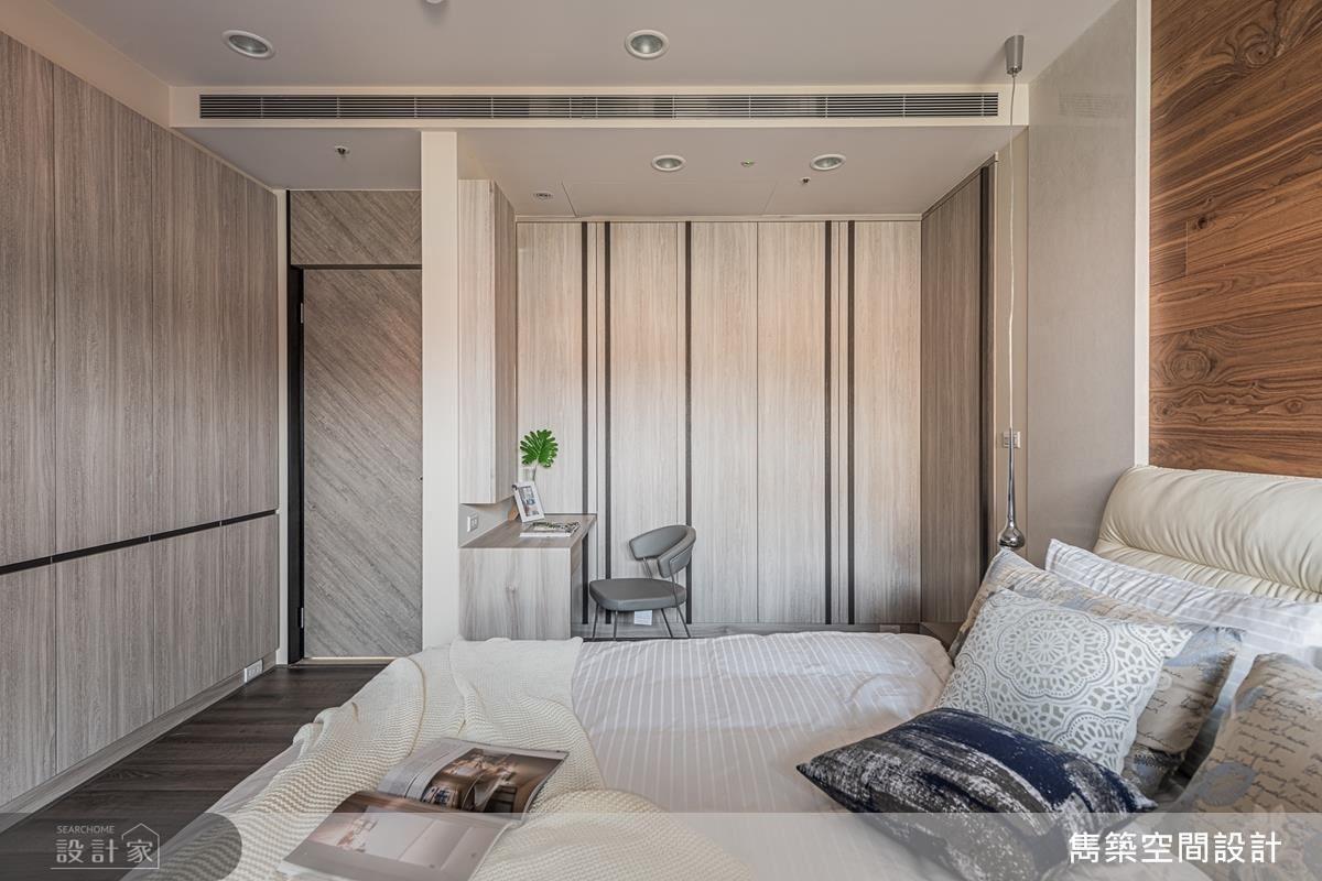 主浴隱藏門承襲木紋設計,以壁面連續性創造空間整齊美感。