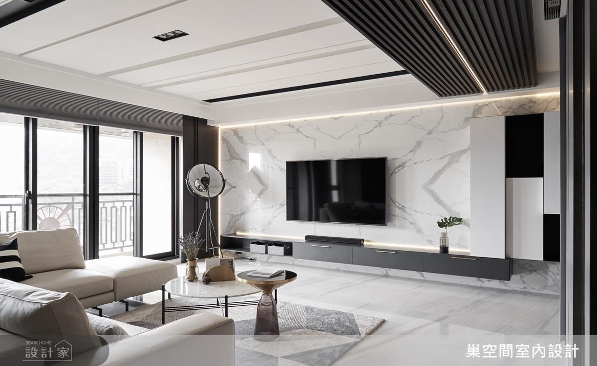 客廳電視牆以大面石紋詮釋大器氛圍;更藉對稱拼花設計,圍塑時尚活力。