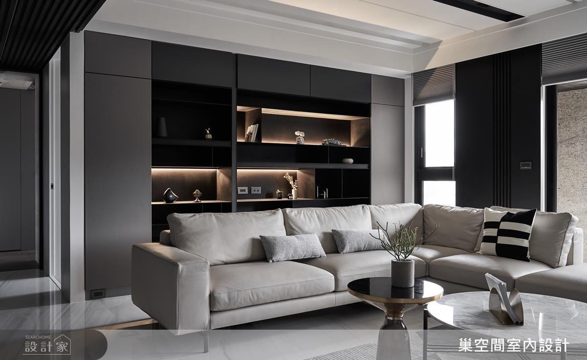 客廳背牆貼心設計開放式櫃體,展示屋主珍藏品與家庭回憶。