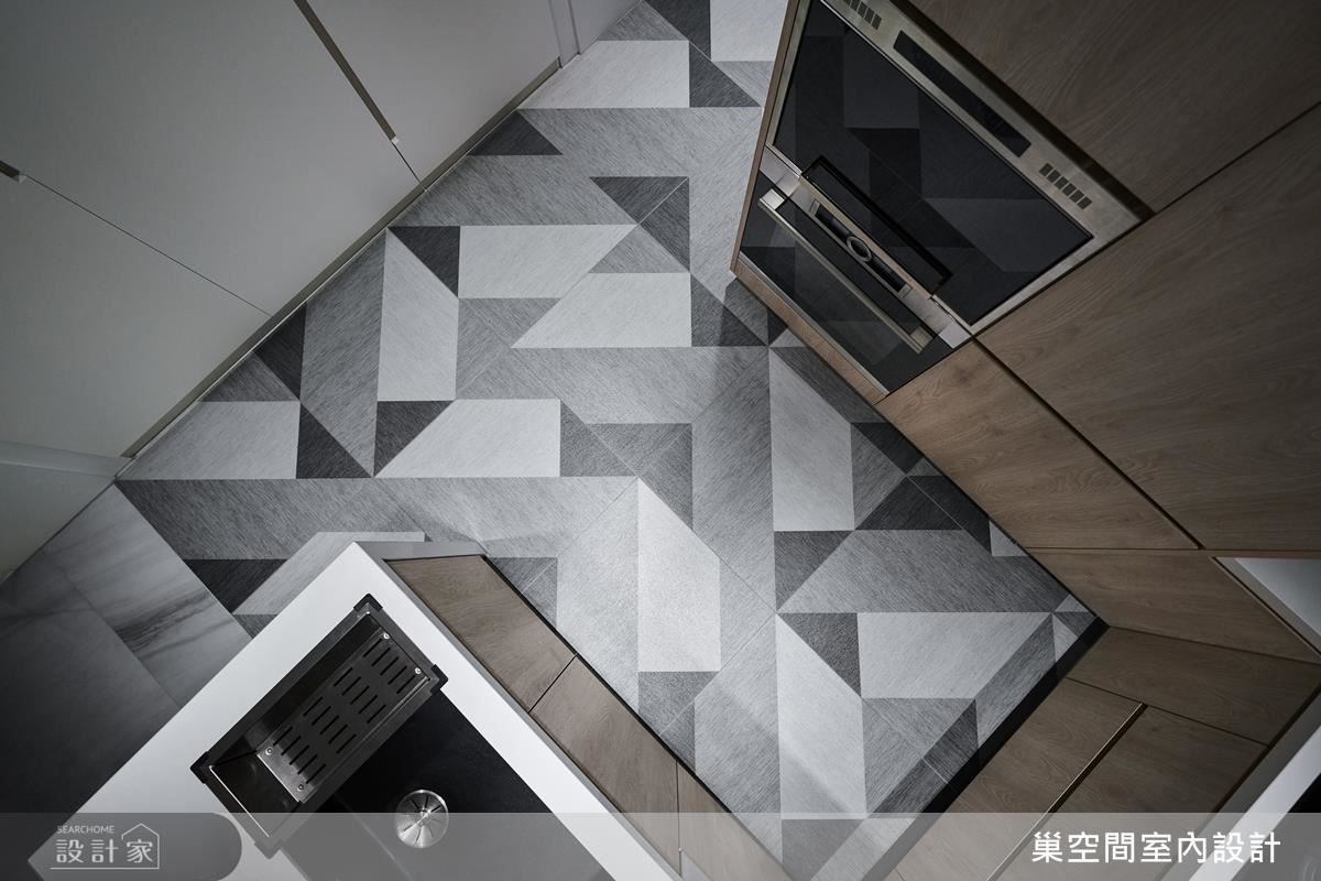 廚房壁面鋪陳幾何花磚滿足女屋主的北歐喜好,同時勾勒場域俐落個性。
