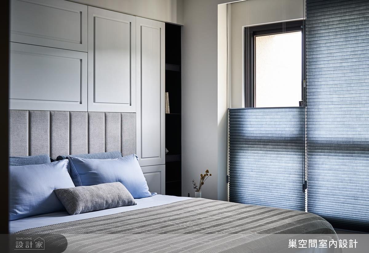 主臥英式床頭線板設計隱藏式櫃體,體貼屋主大量置物需求。
