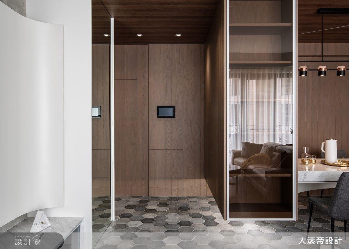 玄關櫃體採懸浮設計,細膩營造空間視覺流動感。