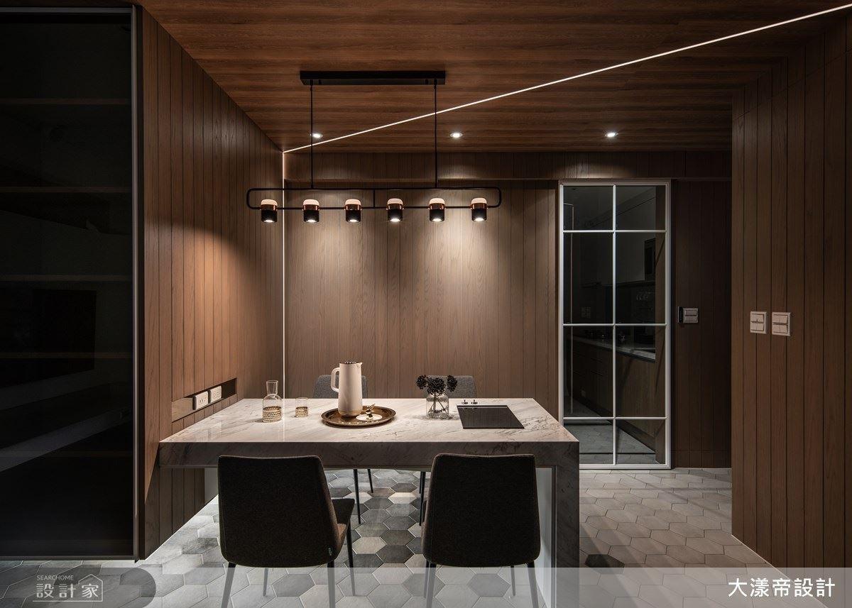 餐廳以木質調提升居家暖意,更精湛勾勒光帶框景,達到聚焦空間的視覺效果。
