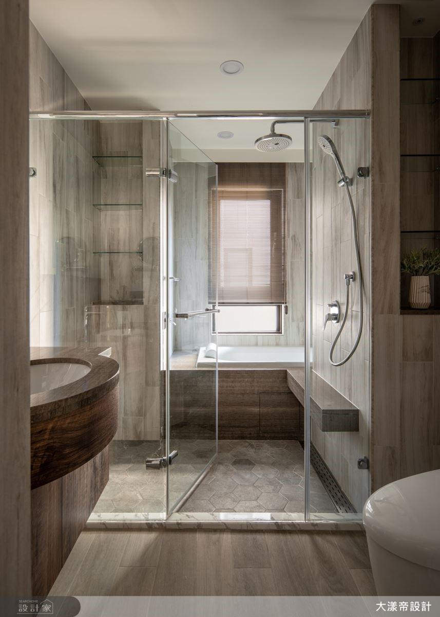 主臥規劃更衣間、主浴完備飯店套房機能,滿足女屋主理想生活樣貌。