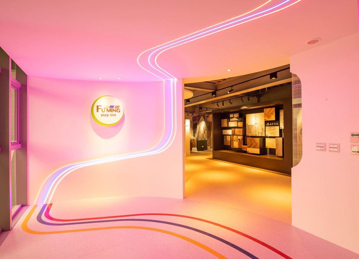 全新落成的「 富銘地板 」台北總部運用企業標誌的標準色 ─ 紅、藍、黃作為空間的品牌形象塑造,PVC 塑膠地板能針對企業做出客製化的地板圖案設計。