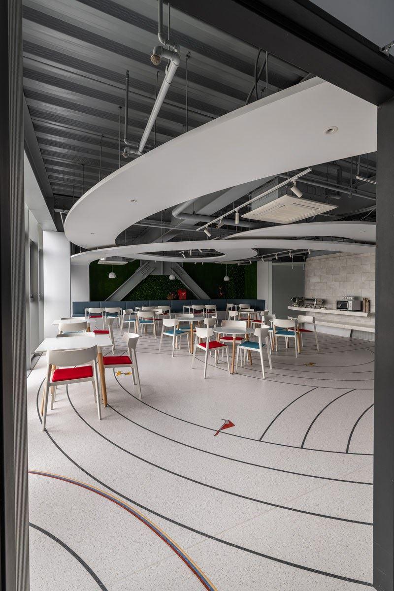 大型圖案也難不倒富銘地板!台北總部員工餐廳採用自家地材產品,為了空間的舒適休閒機能性,特意採用北歐簡約風作為餐廳設計主軸。