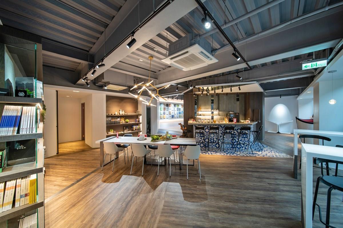 咖啡吧台區的木地板和西班牙花磚也是來自富銘地板的 PVC 地材。
